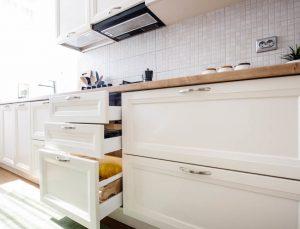 Απολύμανση για κατσαρίδες σε κουζίνα